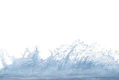 Spruzzando chiaramente e acqua pulita sull'uso bianco del fondo per riferimento Fotografie Stock