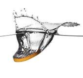 Spruzzata arancione in acqua Fotografie Stock Libere da Diritti