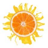 Spruzzata arancione affettata con spremuta isolata Fotografia Stock