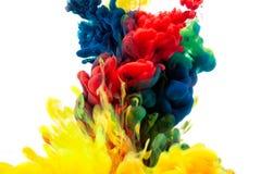 Spruzzata astratta della pittura isolata sull'inchiostro colourful di immagine di sfondo bianca immagini stock