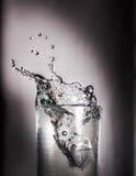 Spruzzata del ghiaccio nell'acqua Fotografie Stock