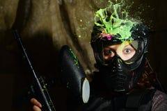 Spruzzata del gioco di paintball dopo il colpo diretto nella maschera proteggente Immagini Stock Libere da Diritti