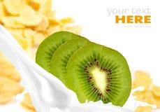 Spruzzata del latte con il kiwi sui fiocchi di avena fotografia stock