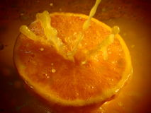 Spruzzata del succo d'arancia sull'arancia fresca Fotografie Stock Libere da Diritti