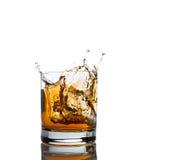 Spruzzata del whiskey isolata su un bianco Fotografia Stock