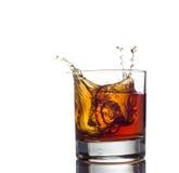 Spruzzata del whiskey isolata su un fondo bianco Immagini Stock Libere da Diritti
