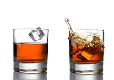 Spruzzata del whiskey isolata su un fondo bianco Fotografia Stock Libera da Diritti