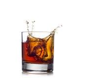Spruzzata del whiskey isolata su un fondo bianco Immagine Stock Libera da Diritti