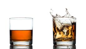 Spruzzata del whiskey isolata su un fondo bianco Fotografia Stock