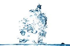 Spruzzata dell'acqua blu su fondo bianco Immagine Stock