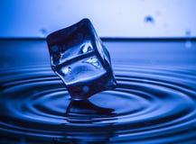 Spruzzata dell'acqua con il cubo e le onde Concetto della spruzzata Fotografia Stock Libera da Diritti
