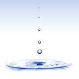 Spruzzata dell'acqua con le gocce isolate su bianco Immagine Stock