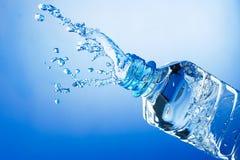 Spruzzata dell'acqua dalla bottiglia fotografia stock libera da diritti