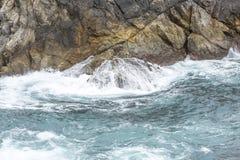 Spruzzata dell'acqua dell'oceano a Big Sur california Fotografie Stock Libere da Diritti