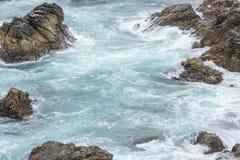 Spruzzata dell'acqua dell'oceano a Big Sur california Immagini Stock Libere da Diritti