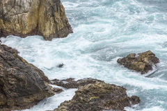 Spruzzata dell'acqua dell'oceano a Big Sur california Fotografie Stock