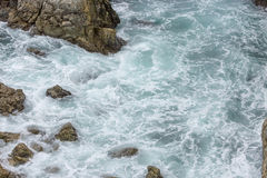 Spruzzata dell'acqua dell'oceano a Big Sur california Fotografia Stock Libera da Diritti