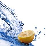 Spruzzata dell'acqua dolce sul limone isolato su bianco Immagine Stock Libera da Diritti