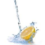 Spruzzata dell'acqua dolce sul limone isolato su bianco Fotografia Stock