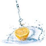 Spruzzata dell'acqua dolce sul limone isolato su bianco Fotografie Stock Libere da Diritti