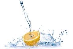 Spruzzata dell'acqua dolce sul limone isolato su bianco Fotografie Stock