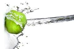 Spruzzata dell'acqua dolce sulla mela verde Fotografie Stock Libere da Diritti