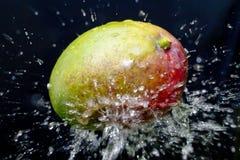Spruzzata dell'acqua e del mango Immagine Stock