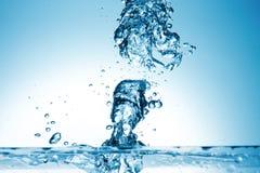 Spruzzata dell'acqua su fondo blu Fotografie Stock