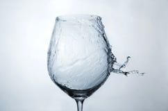 Spruzzata dell'acqua su un bicchiere di vino Fotografia Stock Libera da Diritti