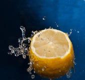 Spruzzata dell'acqua su un limone Fotografia Stock