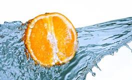 Spruzzata dell'acqua sull'arancio fotografia stock libera da diritti