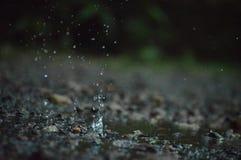 Spruzzata dell'acqua sulla terra immagini stock
