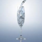 Spruzzata dell'acqua in un vetro Fotografia Stock Libera da Diritti