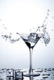 Spruzzata dell'acqua in vetro con ghiaccio immagini stock libere da diritti