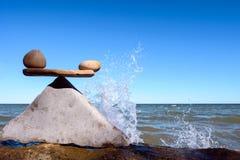 Spruzzata dell'acqua vicino alle pietre Immagine Stock