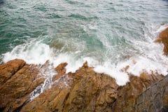Spruzzata dell'onda di oceano sul video della scogliera Immagine Stock Libera da Diritti