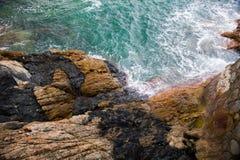 Spruzzata dell'onda di oceano sul video della scogliera Fotografia Stock