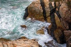 Spruzzata dell'onda di oceano sul video della scogliera Immagini Stock