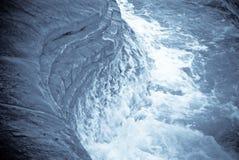 Spruzzata dell'onda di oceano sulla roccia della sabbia Immagini Stock Libere da Diritti