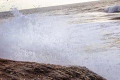 Spruzzata dell'onda di rottura contro roccia Fotografia Stock Libera da Diritti