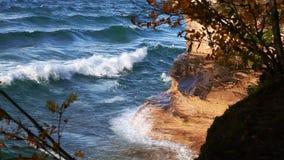 Spruzzata delle onde del lago Superiore contro la roccia della cappella video d archivio