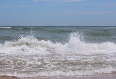 Spruzzata delle onde sul mare Fotografie Stock Libere da Diritti
