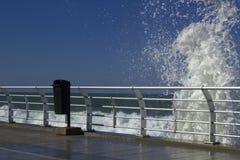 Spruzzata di acqua vicino alla spiaggia famosa Corniche, Beirut, Libano Fotografia Stock