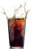 Spruzzata di cola con i cubi di ghiaccio Fotografie Stock