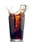 Spruzzata di cola con i cubi di ghiaccio Fotografia Stock Libera da Diritti