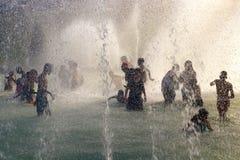 Spruzzata di estate dell'onda termica nelle fontane di Trocadero dalla torre Eiffel a Parigi fotografia stock libera da diritti