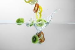 Spruzzata di verdure dell'insalata su fondo bianco Fotografia Stock