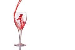 Spruzzata di vetro del vino rosso su fondo bianco Immagini Stock