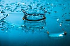 Spruzzata dinamica dell'acqua blu Immagini Stock Libere da Diritti