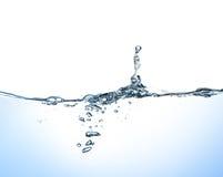 Spruzzata e bolle dell'acqua su fondo bianco Immagine Stock Libera da Diritti